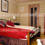 Дизайн отеля. Дизайн гостиничного номера. Красная комната. Стиль кантри
