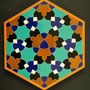 Dit mozaïek werd gemaakt in Iran. Het is een ontwerp van Goossen Karssenberg. Hoe het zo gekomen is lees je in 'Snijpunt Isfahan' door Maite Karssenberg