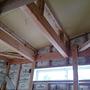 天井にボードを貼りました。梁を見せるデザインです。