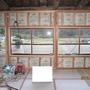 断熱材を入れます。断熱材が入ると室内が暖かくなります。二重窓インプラスの枠も入りました。