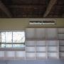 びっしりと棚いっぱいの本棚。寸法ぴったりの収納