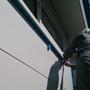 外では外壁コーキング作業。マスキングテープを貼る。