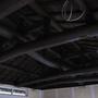 梁を着色。一気に重圧感あふれる天井に。