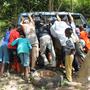 Reifenpanne mitten im Busch - aber mit vielen Helfern gings ...