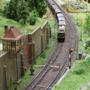 Die Blockstelle als schönes Fotomotiv mit durchfahrendem Güterzug (TT Club Bayern)