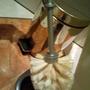 Doch die Toilettenbürste gehört in den Eimer dahinter und...