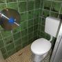 Unauffällig und nein, das neben der Toilette ist kein Dreck sondern eine große Macke in der Fliese.
