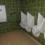 Seltener Anblick: Wickeltisch auf der Herrentoilette.
