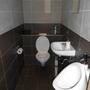 Eng, funktional und modern: Die einzige Herrentoilette.