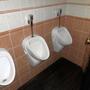 Etwas eng und durch die Toilettentür auch etwas gefährlich.