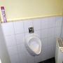 ...genauso wie das eine Urinal.