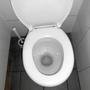 Wackelte und sieht anders aus: Die zweite Toilette bei den Herren.