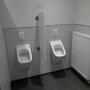 Netter Anblick. Nur die sehr vielen Hinweisschildchen an den Wänden, die Toilletten sauber zu halten, trüben den Eindruck.