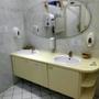 Anblick alter Tage bei den Damentoiletten. Da sollte schnellstens eine Angleichung zu den Herrentoiletten erfolgen.