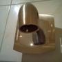 Kein Wasserkran, sondern eine Lampe ohne Leuchtmittel über dem Waschbecken