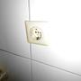 Ein echter Irrläufer in einem modern gefließten WC und schief dazu.