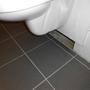 Ein Loch! Nicht im Eimer, sondern unter der Toilette.