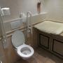 Alles vorhanden im Rollstuhl-WC. Leider auch ein verschmutzter Boden.