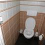 """Solider, nicht wackelnder """"Arbeitsplatz mit dünnem Papier, aber ordentlich gepflegter Toilettenbürste."""