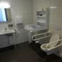 Ordentlich groß: Das Behinderten-WC mit Wickeltisch.