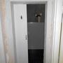 """Unfertiges Design bei der """"Tür"""" zur Damentoilette."""