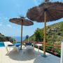 Sonnenterrasse am Swimmingpool mit Meerblick