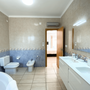 Badezimmer 1 - en Suite mit Badewanne, Dusche & WC
