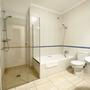 Badezimmer 3 - untere Etage - mit Badewanne, Dusche & WC