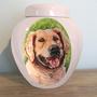 Unieke-handbeschilderde-dierenurnen-Gepersonaliseerde-urn-met-portret-hond-Golden-Retriever-Unieke-Handbeschilderde-urnen-Bijzondere-urnen-Maatwerk-Urnen-voor-dieren-Handgemaakte-Urnen-Urn-laten-maken-Urn-laten-beschilderen-Urn-Hond-Keramische-Dierenurn