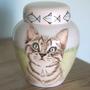 unieke-handbeschilderde-urnen-voor-dieren-maatwerk-urnen-bijzondere-urnen-gepersonaliseerde-urn-met-portret-handgeschilderde-dieren-urnen-urn-kat-urn-laten-beschilderen-urn-laten-maken-customized-urns-for-animals-unique-cat-urns-entirely-hand-painted-urns