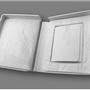 Intérieur de la boîte entièrement matelassé. La photo est ensachée dans une enveloppe sans acide.