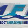 """Die Motorbootfahrschule Bielersee MFB suchte einen knackigen Slogan der Vertrauen weckt. Als Glücksfall erwies sich die kleine Körpergrösse der Inhaberin. So fanden wir den passenden Slogan: """"Die kleinste Bootsfahrlehrerin mit der grössten Geduld."""""""