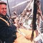 """Knapp 48 Meter über dem Meeresspiegel - Kameramann Thomas """"Henk"""" Henkel blieb cool. Der Wind blies uns um die Ohren. Auf dem Bild sind wir erst ca. bei 40 Meter, auf der letzten Saling. Ab da geht es im 90 Grad Winkel nach oben."""