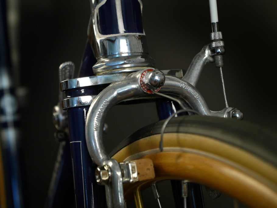 """Weinmann Bremsen mit Kork-Brems""""gummis"""" verzögern die Holzfelgen - ein Nagelreißer hilft den Reifen zu schützen"""