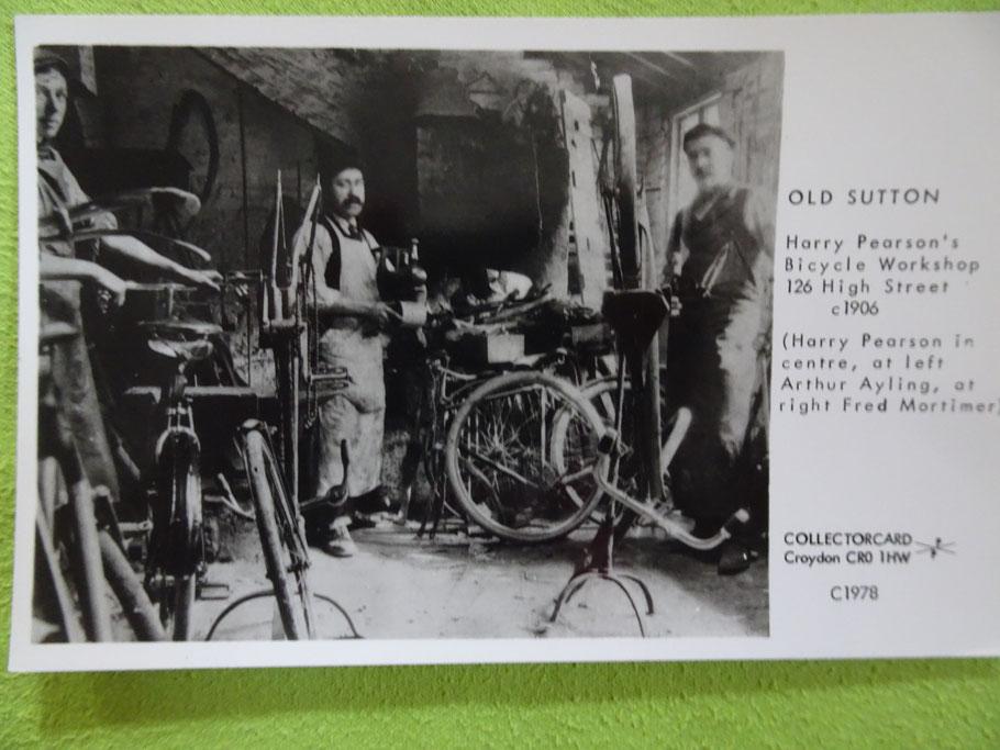 Blick in eine Fahrradwerkstatt um 1906