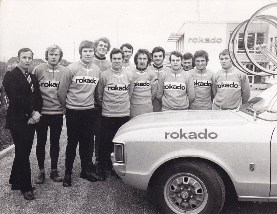 Teile des Rokodo-Teams 1974: v.L.: Rolf Wolfshohl (Sportlicher Leiter), Peter Kehl, Günter Haritz, Erwin Tischer, Karl-Heinz Küster, Jürgen Tschaan, Johannes Ruch, Karl-Heinz Muddemann, unbek., unbek.,  Alfred Gaida, Hennie Kuiper