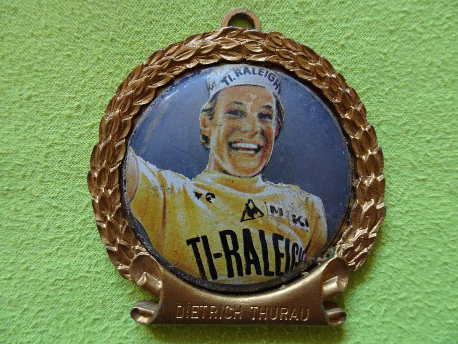 Medaille aus Anlass seiner 15 tägigen Triumpffahrt im gelben Trikot der Tour de France 1977 - am Ende blieb der 5. Platz