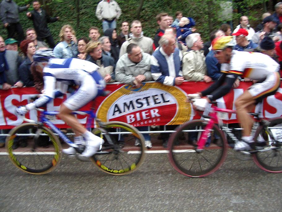 """Erik """"Ete"""" Zabel im Jahr 2004 in schneller Vorbeifahrt am Cauberg in Valkenburg"""