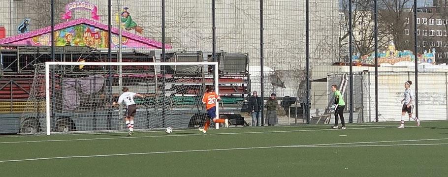 ... die Stürmerin schiebt den Ball Richtung rechten Pfosten, wo Carolin Arndt retten wird.