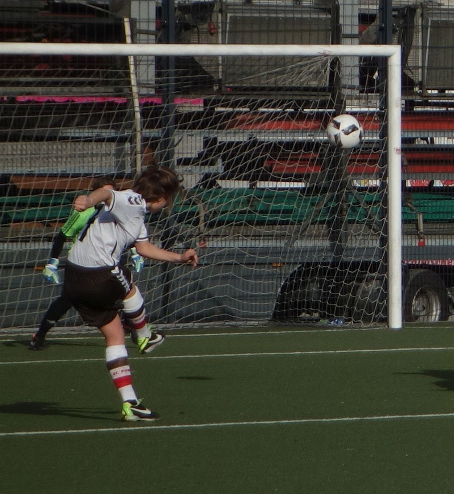 Kuhnert bleibt unbeeindruckt und semmelt sen Ball ans rechte Lattenkreuz.