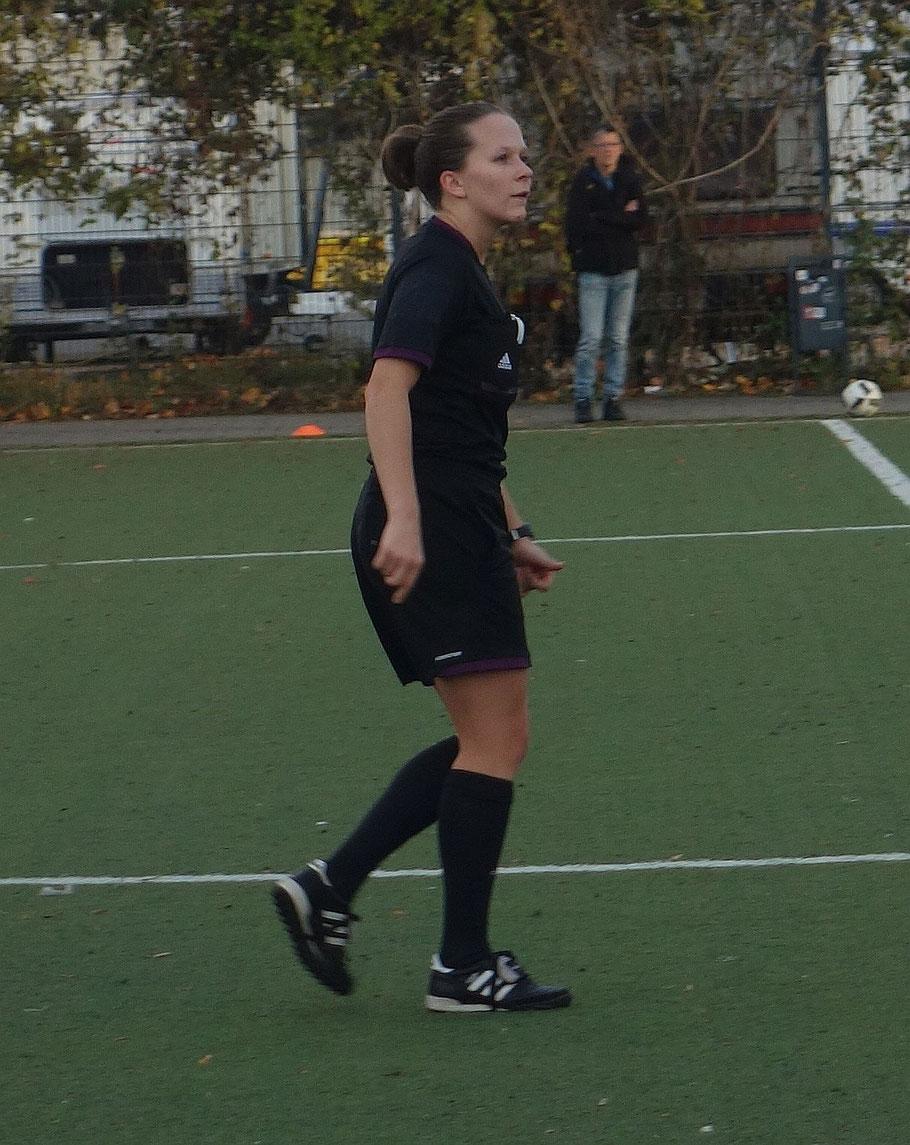 Nur noch selten zu sehen. Das Schiedsrichterinnengespann um Jacqueline Herrmann lief in schwarz auf.
