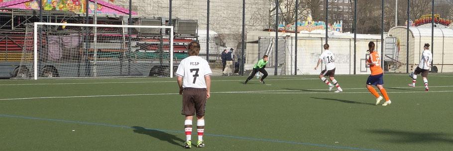 St. Paulis Nr. 7 sieht Sellami frei vor Sabrína Martin am Ball.
