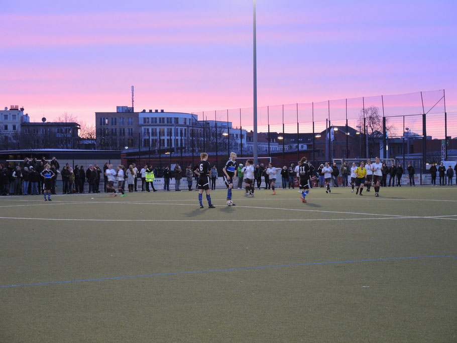 St. Pauli auf dem Rückweg nach dem 1:0 durch Nina Philipp
