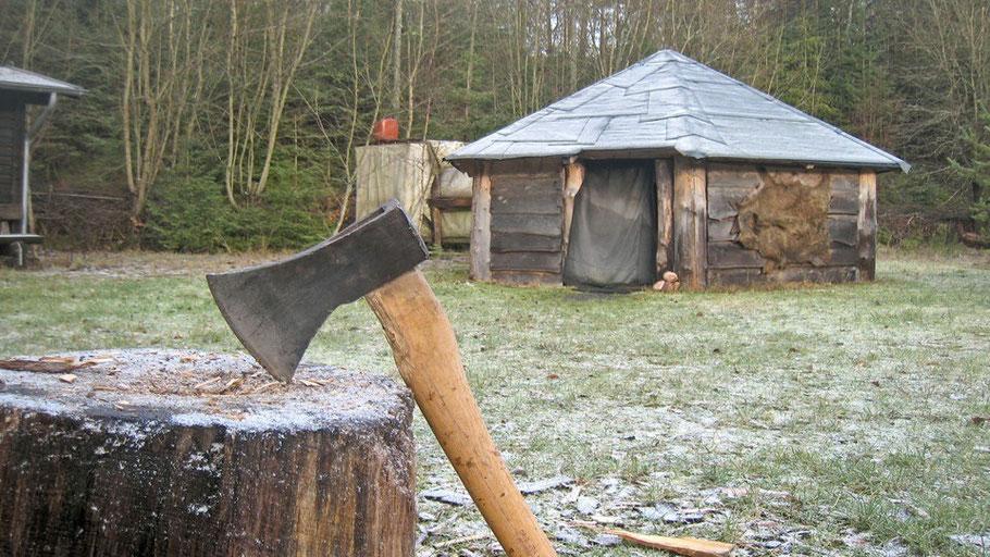 Das Wildniscamp in der Eifel ist im Stil der Navaho-Indianer erbaut