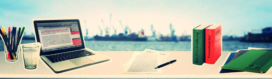 Schreibtisch im Lektorat vor Hafenkulisse: mit Laptop, Korrekturen auf Papier, Wörterbüchern