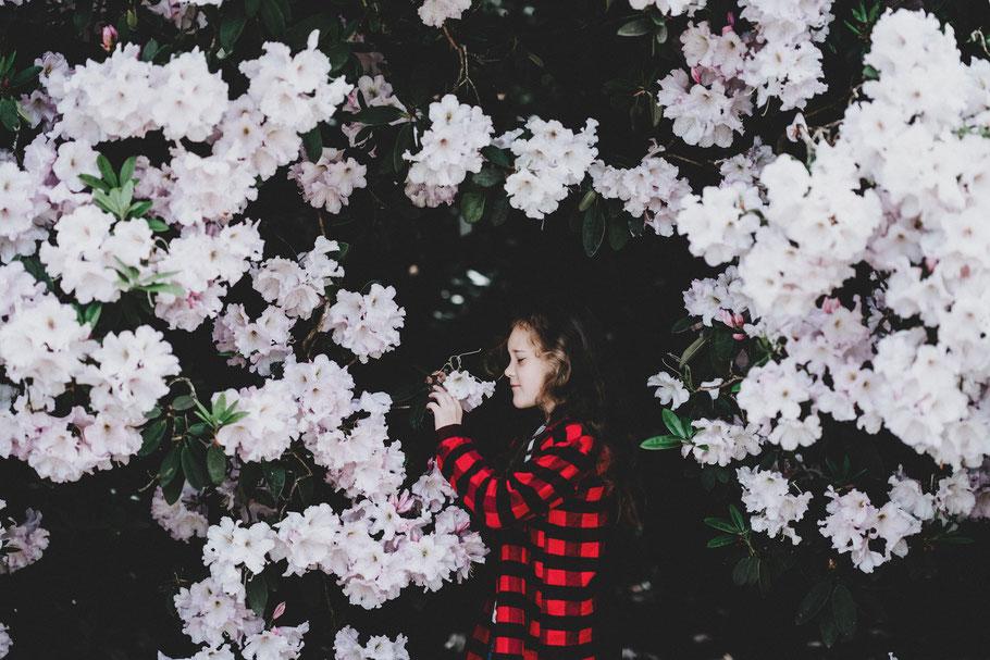 Aromatherapie und ätherische Öle müssen für Babys und Kinder richtig dosiert und angewendet werden - wir erklären wie im love & science blog auf aetherio.de/journal