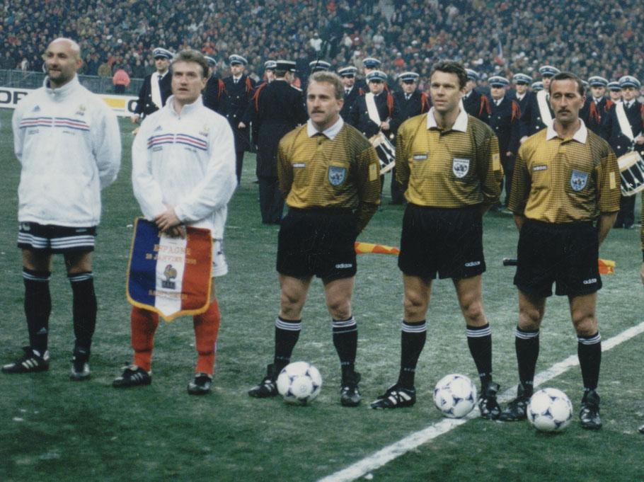 Renato (Mitte) in illustrer Gesellschaft mit den französischen Weltmeistern Deschamps und Barthez und SR Urs Meier und SR-Assistent Laurent Rausis
