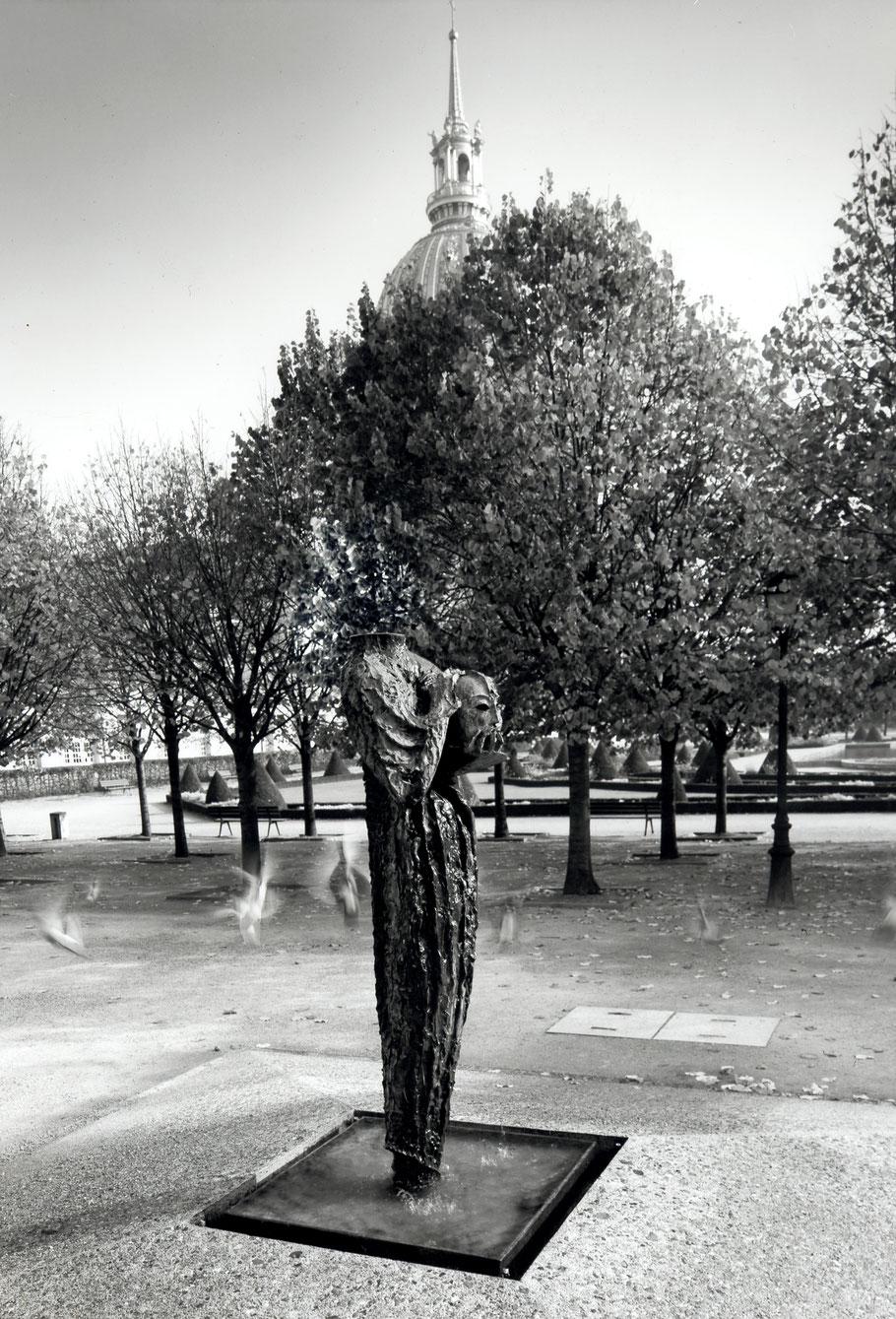 Parole portée à la mémoire des victimes du terrorisme, 1998, bronze I/I, 230 x 74 x 74 cm, Jardin de l'Intendant, boulevard des Invalides, Paris © Hughes Dubois
