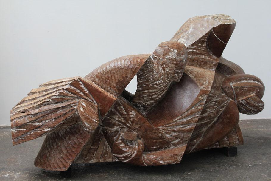 Avec la terre, 2012, bois de Kevasingo, 153 x 268 x 129 cm © Mathilde de Torhout