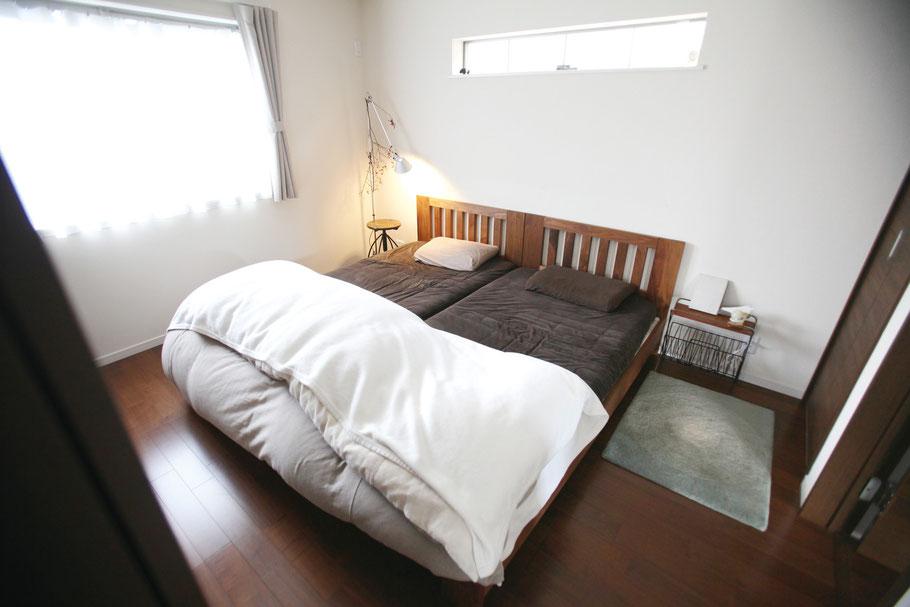 大越さんご夫妻のベッドルーム。シングルサイズのベッドフレームを2台隣接することで、大きさはキングサイズになり、余裕を持って眠れる環境に。